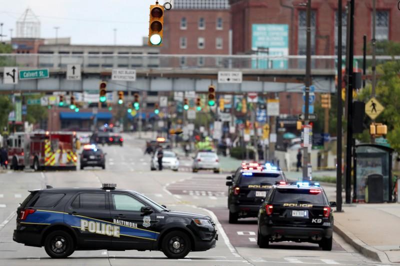 美國馬里蘭州巴爾的摩傳出劇烈槍響,竟有2名槍手分持步槍和手槍朝戶外人群掃射,導致7人中彈。巴爾的摩警察示意圖。(法新社)