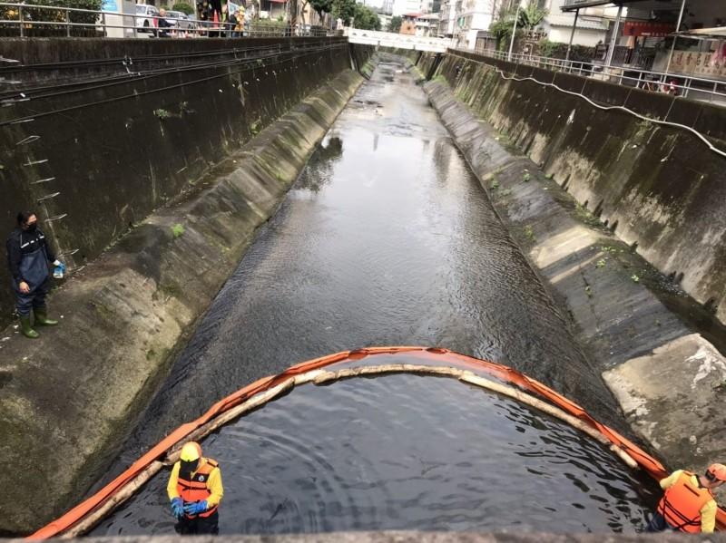 北市環保局布設攔油索阻卻油污擴散。(環保局提供)