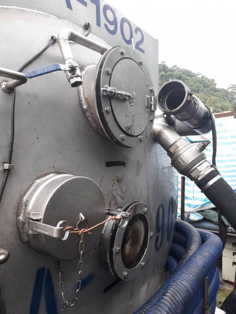 偷排廢油的業者槽車 。(環保局提供)