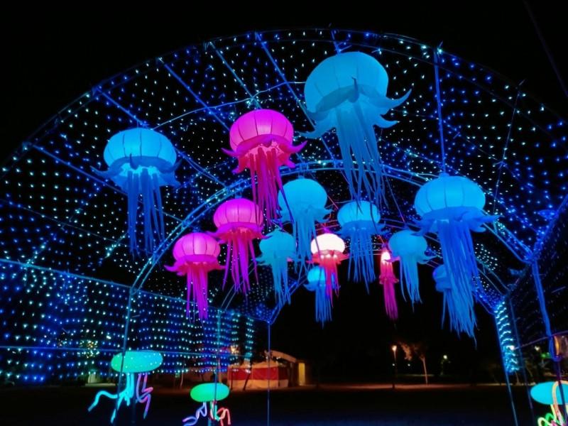 騰空的水母燈象徵地方生態特色。(圖由林園區公所提供)