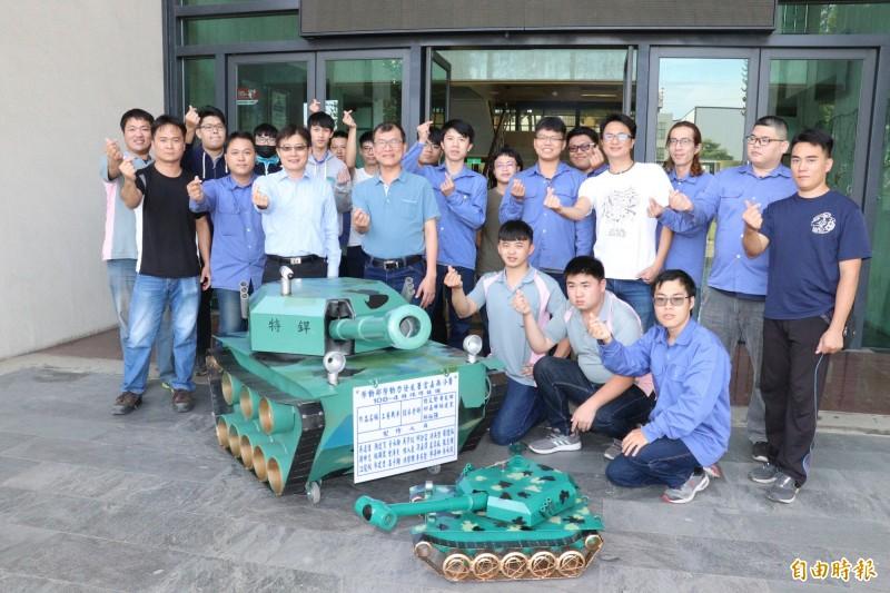 勞動部勞動力發展署雲嘉南分署特殊銲接班師生,打造一台迷彩坦克車放在分署大樓入口迎賓處,成為職訓活廣告,洽公民眾直呼好酷。(記者王涵平攝)