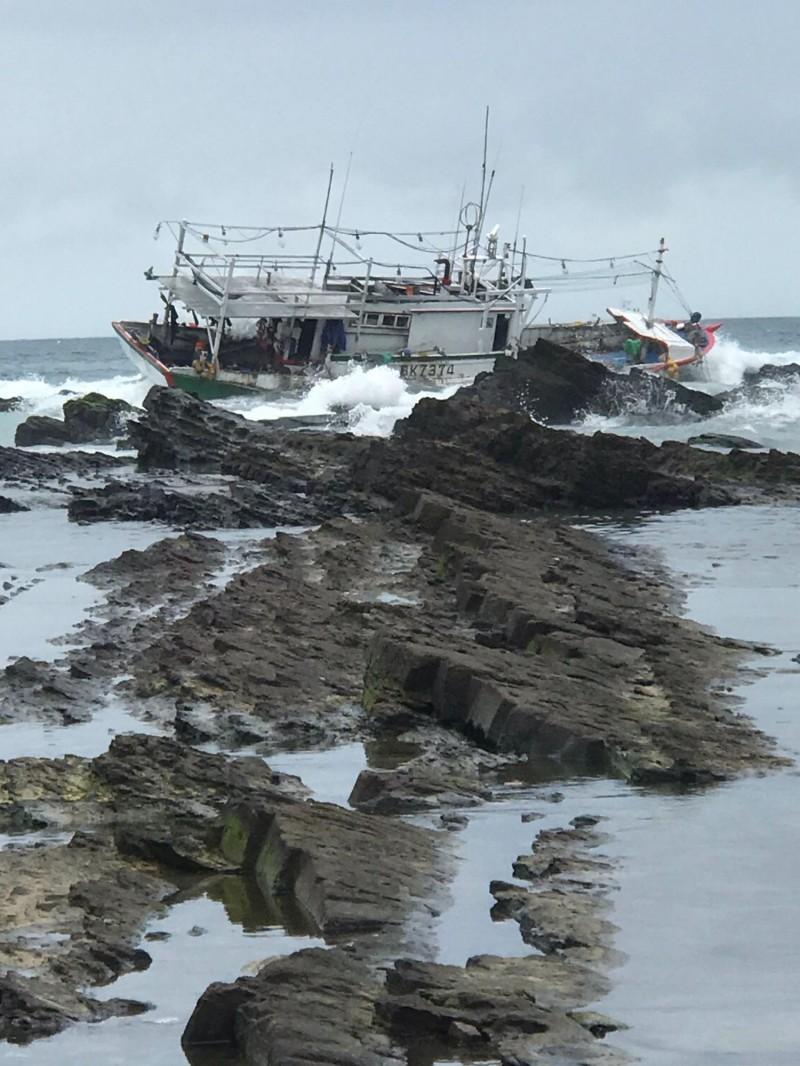 漁船擱淺在礁岩上。(記者吳昇儒翻攝)