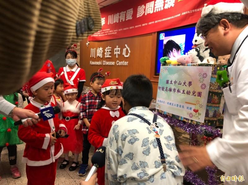 郭和昌醫師(右一)帶領孩童代表到兒童病房、門診區分送愛心玩具給病童。(記者方志賢攝)