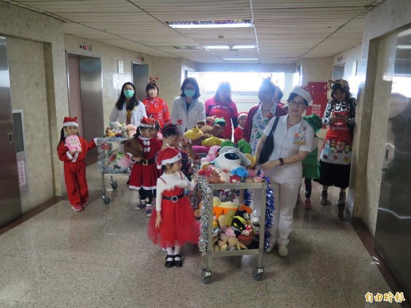 醫護人員帶領孩童代表到兒童病房、門診區分送愛心玩具給病童。(記者方志賢攝)