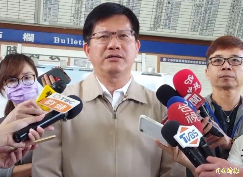 交通部長林佳龍表示,遠航春節前復飛無望,大選和春節將協調包機輸運旅客。(記者陳建志攝)