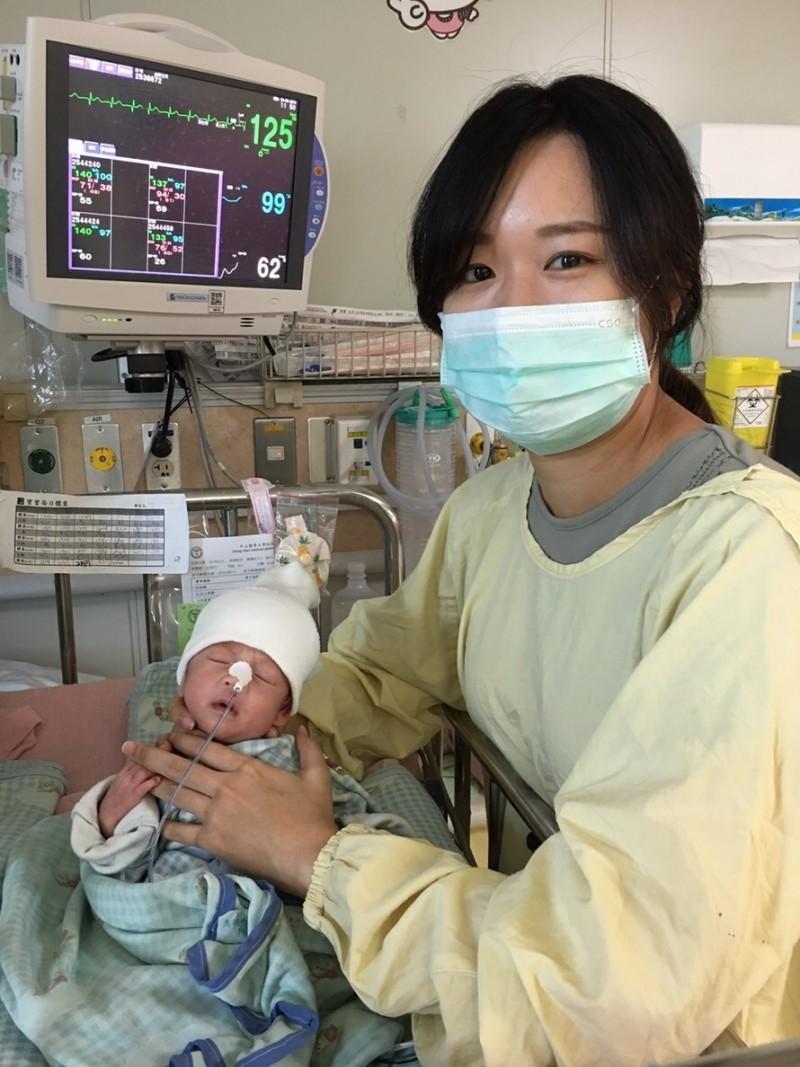 楊姓雙胞胎罹患開放性動脈導管,肺高壓、心衰竭,吃不少、體重發育停滯,體形瘦小,讓媽很心疼。(記者蔡淑媛翻攝)