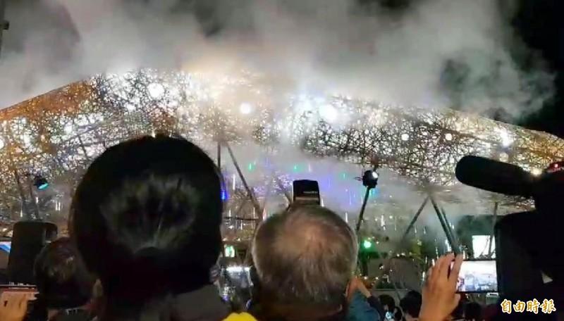竹山「巧巧鼠」竹藝燈會中的「祥雲獻瑞」竹編作品點燈後,大家爭相拍照。(記者介裕攝)