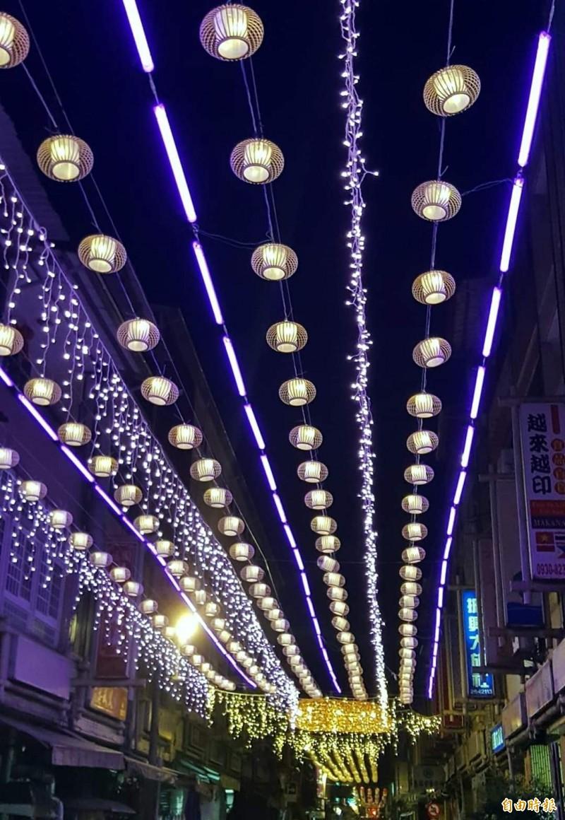 竹山「巧巧鼠」竹藝燈會今晚試點燈,竹山老街光彩奪目。(記者謝介裕攝)