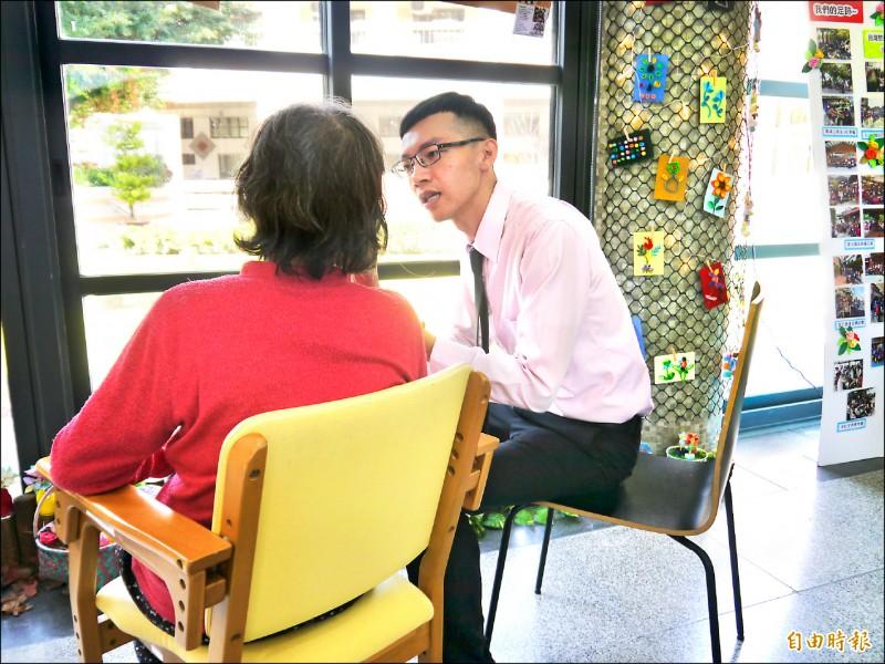 黃建銘(右)每天至日照中心探視失智的阿嬤,陪她聊天。(記者張軒哲攝)