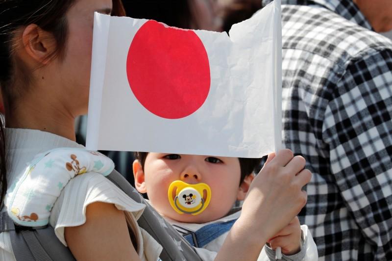 原本寄望「令和寶寶」能夠扭轉少子化問題的日本,今年出生人口大幅銳減至為86.4萬人,首次跌破90萬大關。(路透)