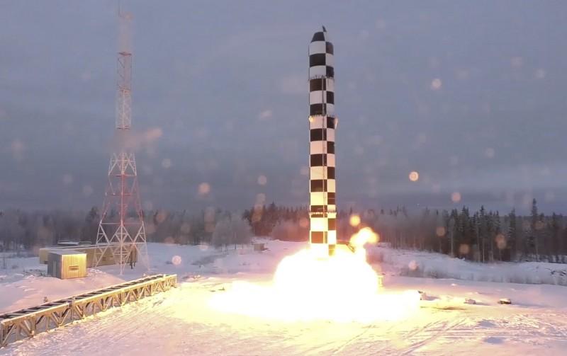 俄羅斯外長拉夫羅夫表示,依照《新削減戰略武器條約》,繼「先鋒」極音速飛彈後,新款的「薩爾馬特」洲際彈道飛彈會展示給美方。圖為2018年3月薩爾馬特飛彈試射照片。(美聯社)