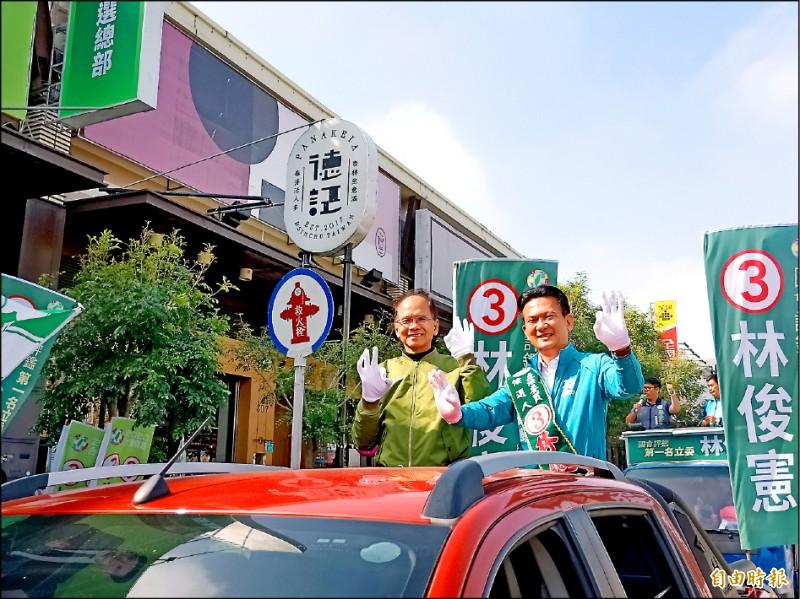 前行政院長游錫堃(左)陪同立委候選人林俊憲車隊掃街拜票。(記者王姝琇攝)