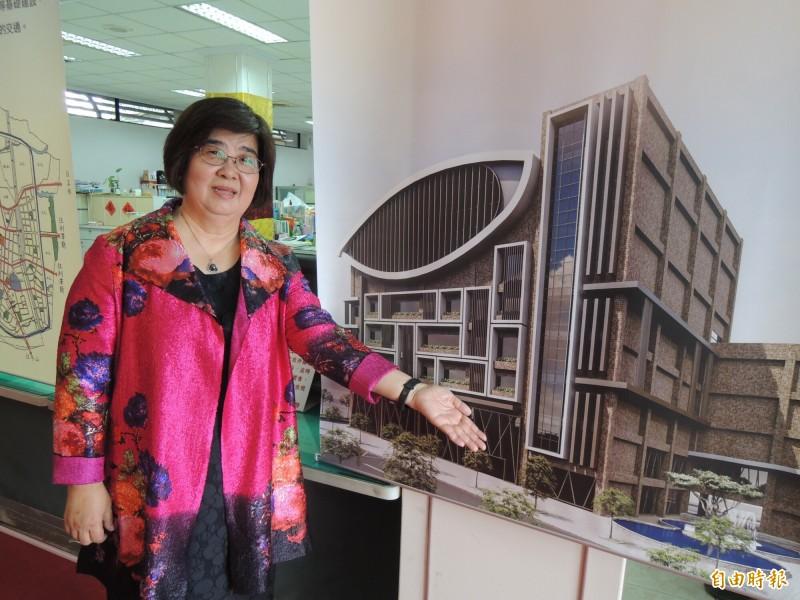 羅東鎮長吳秋齡今天公布羅東鎮公所新辦公大樓藍圖。(記者江志雄攝)
