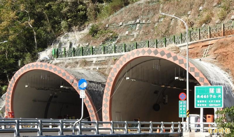 南迴公路草埔隧道屏東路段將實施區間測速,台東人一片罵聲。(記者黃明堂攝)