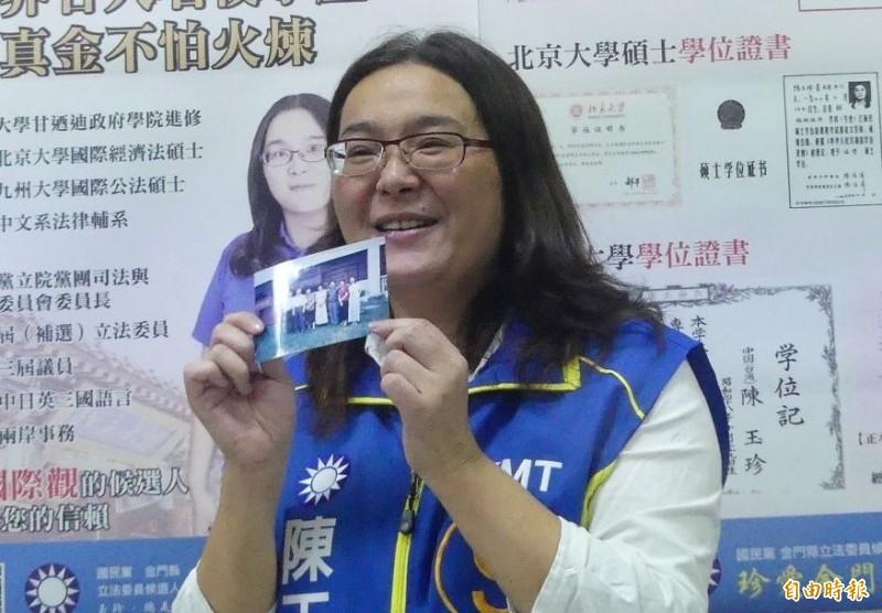 陳玉珍在尋找學歷證件的過程,意外找到一張當時看起來「還滿清秀」的照片。(記者吳正庭攝)