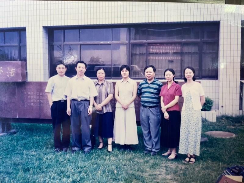 陳玉珍(右四)出示一張當年在中國北京就讀時,與老師們合影的「清秀」模樣照片。(圖由陳玉珍提供)