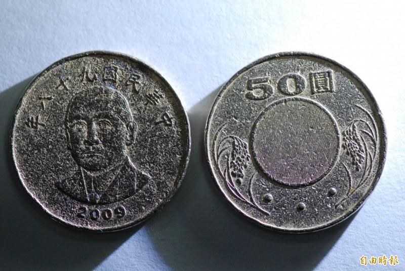 謝女使用的偽幣,沒有防偽條紋,做工也很粗糙。(記者王捷攝)