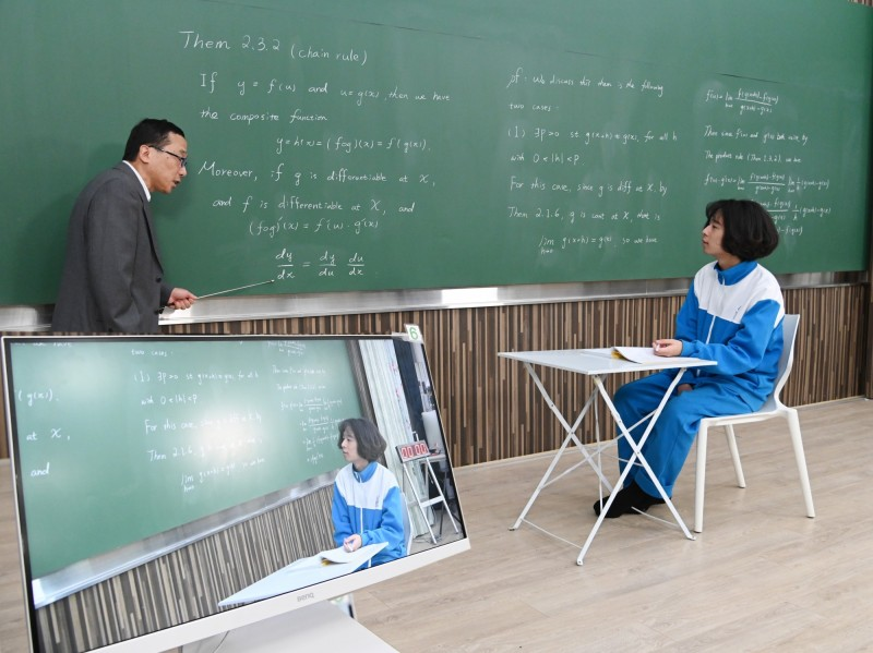 清華大學教授顏東勇(左)邀請小粉絲劉澈參觀線上課程攝影棚。(記者蔡彰盛翻攝)