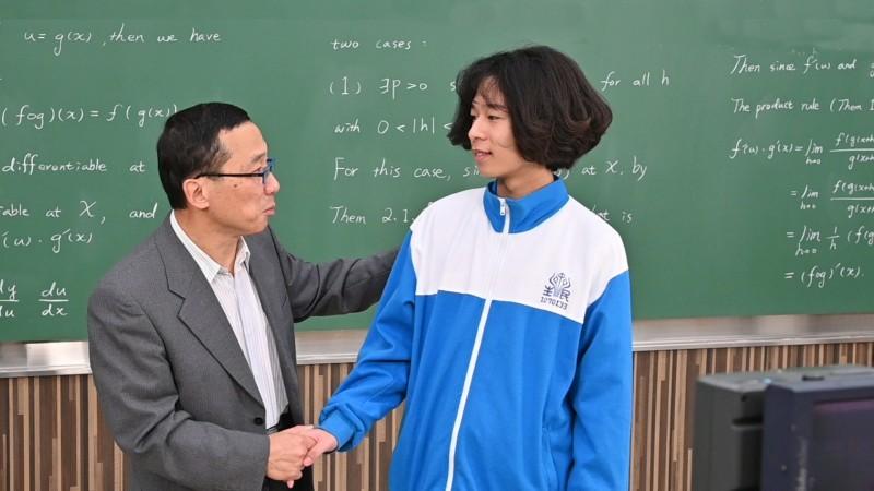 清華數學系教授顏東勇(左)勉勵劉澈繼續學習。(記者蔡彰盛翻攝)
