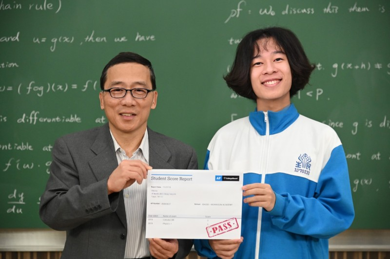 清華數學系教授顏東勇(左)線上微積分課程助自學生劉澈考取美國大學先修微積分滿分。(記者蔡彰盛翻攝)