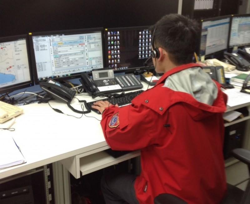金門119報案中心24小時都有專業派遣人員,遇有緊急狀況可在第一時間透過線上指導,提供救護諮詢。(圖由金門縣消防局提供)