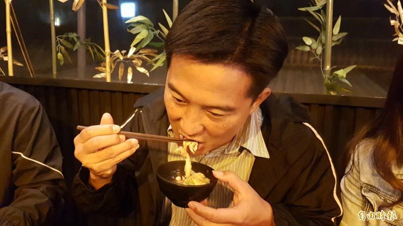 「08烤鶴了!」顧客用餐。(記者林宜樟攝)