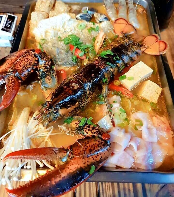 「08烤鶴了!」蜀山麻辣水煮魚加上波士頓龍蝦。(記者林宜樟翻攝)