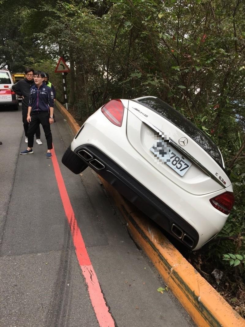 一輛新車價497萬起跳賓士的C63名車今天行經泰山山區,疑因車速過快,險些衝下山谷。(記者吳仁捷翻攝)