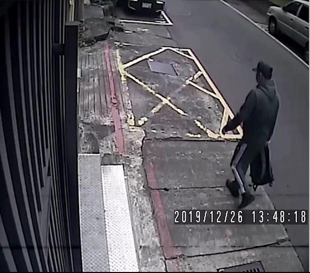 涉嫌伏擊十五分尹姓大哥的槍手身影曝光。(記者姚岳宏翻攝)