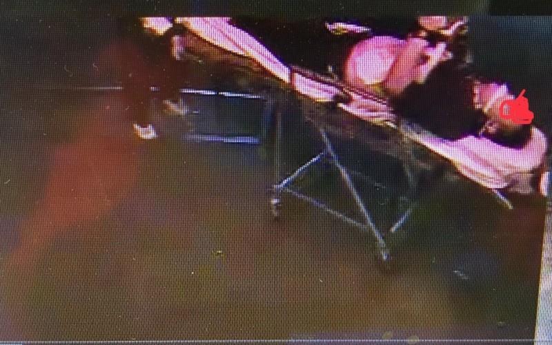 遭電擊工人送醫急救。(記者楊金城翻攝)