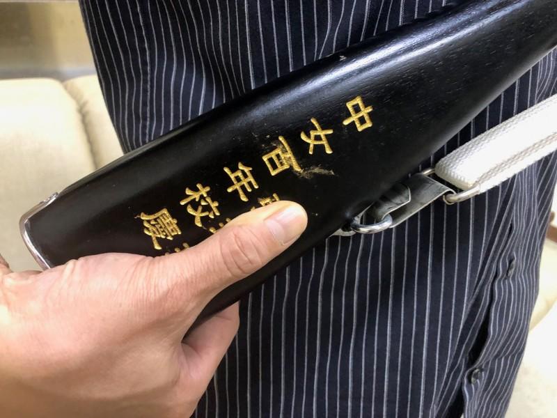 木槍上有「中女百年校慶」字樣。(記者許國楨翻攝)