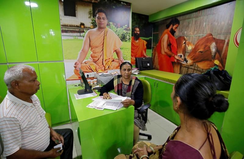 印度一所享負盛名的大學將提供一門證書課程,教授醫生如何對待自稱見過鬼或被鬼附身的病人,由阿育吠陀(Ayurveda)學院負責。圖為阿育吠陀醫生正在問診。(路透)