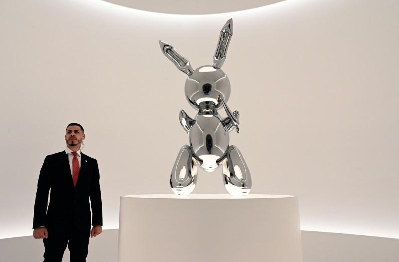 美國普普藝術家昆士的不鏽鋼「兔子」雕塑作品,5月以9110萬美元拍出。(法新社)