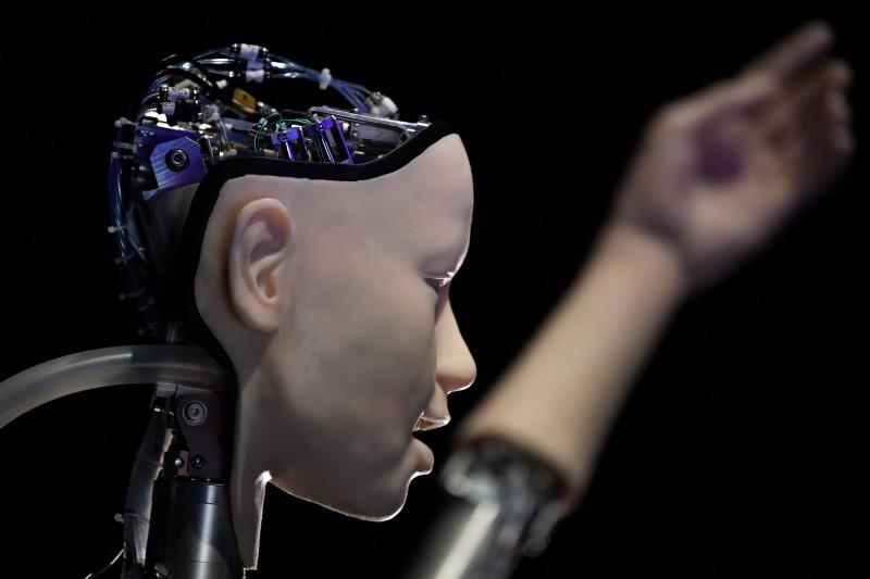 今年5月倫敦人工智慧科技展開幕前展示的AI機器人。(法新社)