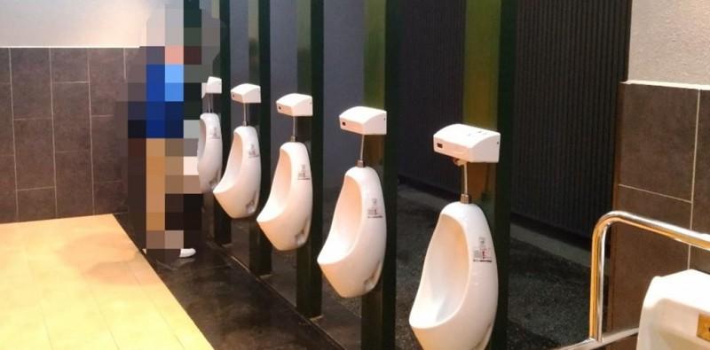 """尷尬!台南中轉站男廁所有""""觀鳥區"""" 男生噓好害羞"""