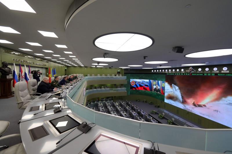 俄羅斯國防部宣布極音速飛彈正式服役,照片為總統普廷26日在監督該飛彈的試射。(法新社)