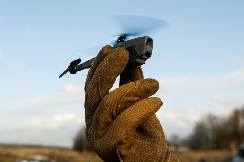 美軍目前已使用黑色大黃蜂微型無人機進行偵察任務操演。(彭博)