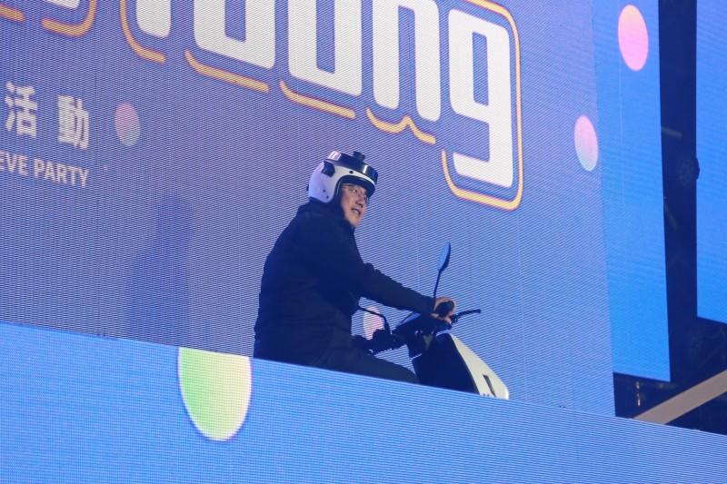 台南市長黃偉哲騎士裝扮,頭戴「電鍋安全帽」出場,增添爆笑點。(台南市府提供)
