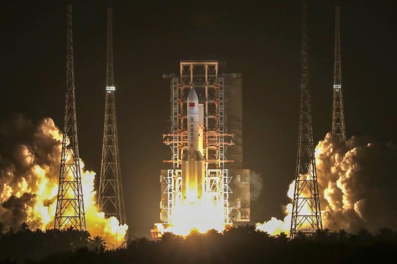 歷經前2次發射失利後,中國長征五號火箭昨(27)日晚間發射成功。(路透)
