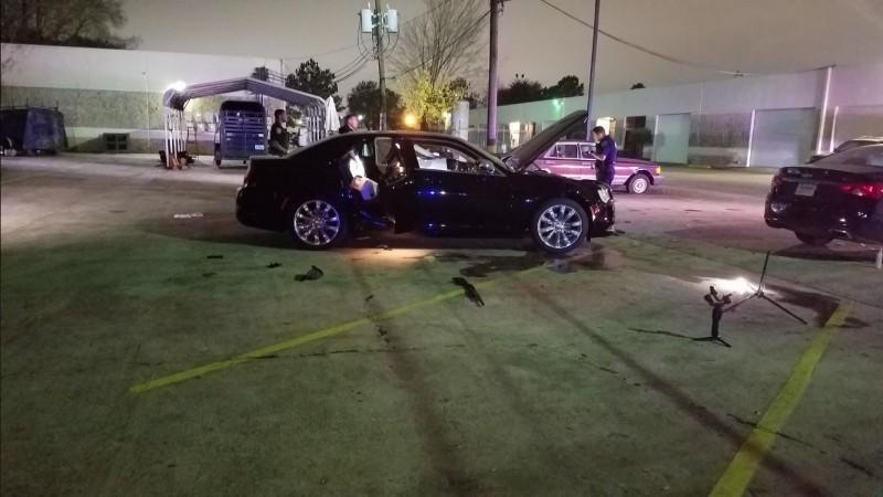 美國休士頓今(28)日當地時間上午9點30分,驚傳饒舌MV拍攝現場發生槍擊案,多名兇嫌飛車向人群掃射,造成2死6傷。(圖取自警方推特@HCSO_NightShift)