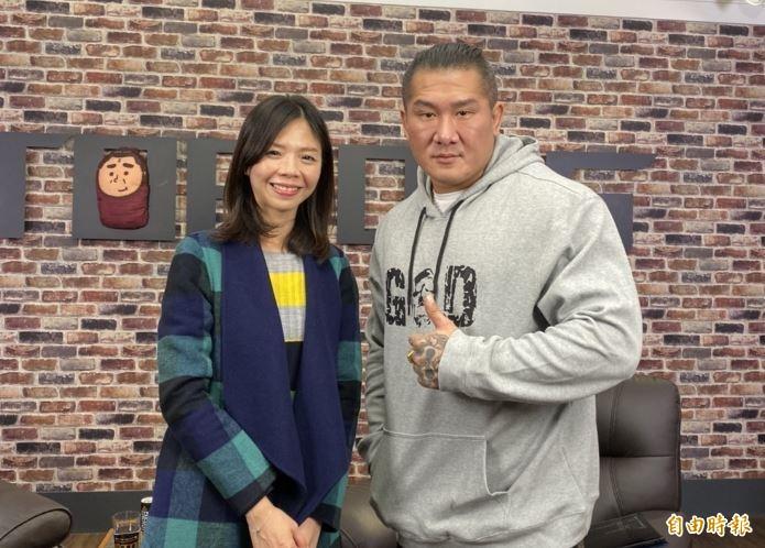 洪慈庸(圖左)本月12日上館長(圖右)「ShowShow」網路直播節目接受專訪。(資料照)