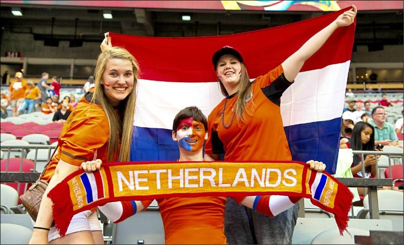 圖為二○一五年世界盃女子足球賽中,荷蘭球迷舉起Netherlands標語為球隊打氣。(法新社)