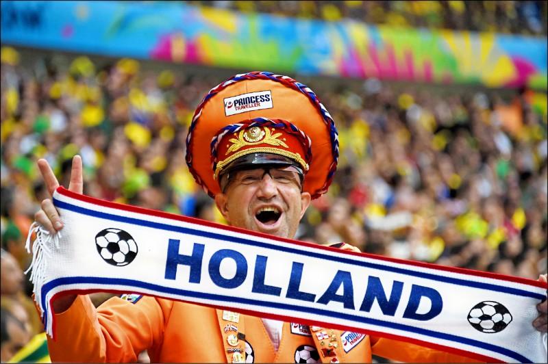 荷蘭政府決定停用使用多年的Holland一詞,對外統一自稱The Netherlands。圖為二○一四年世界盃足球賽季軍之戰中,荷蘭球迷舉起Holland標語為國家隊打氣。(法新社檔案照)