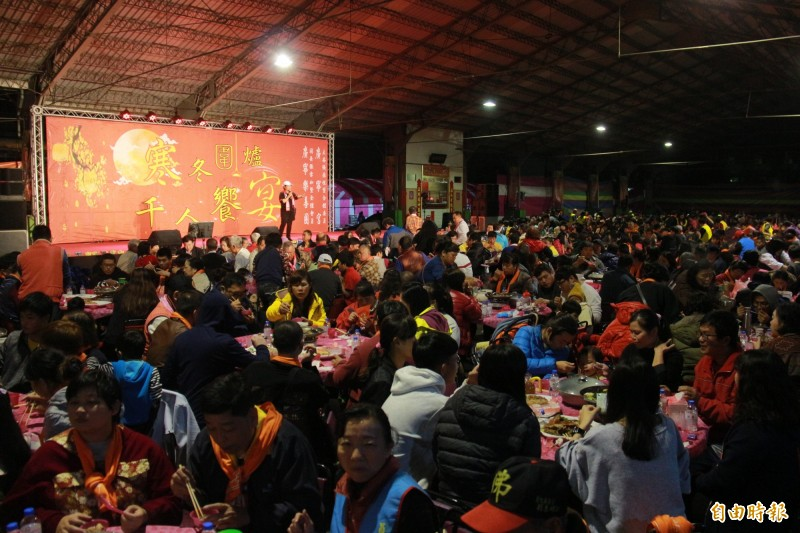 社頭鄉果菜市場今晚席開250桌宴請南彰化弱勢民眾一起圍爐。(記者陳冠備攝)