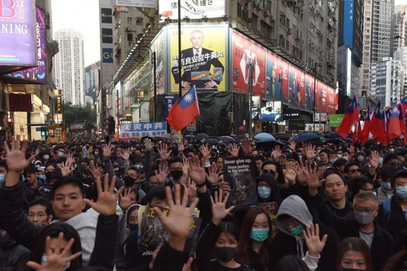 香港「反送中」運動2020也將持續進行,香港民陣今(29)日宣布,1日將舉辦「元旦大遊行」,已獲得警方不反對通知書,呼籲市民毋忘承諾、並肩同行。(資料照,歐新社)