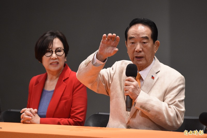 總統選舉電視辯論會29日在公視舉行,總統候選人宋楚瑜(右)會後召開記者會答覆媒體提問。左為親民黨副總統候選人余湘。(記者叢昌瑾攝)