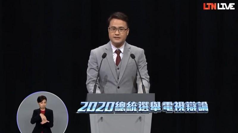 公視主持人陳信聰在結尾呼籲,1月11日一定要出來投票,用選票守護下面好幾代的民主希望。(圖取自自由電子報YouTube)