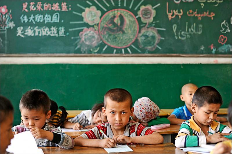 中國新疆維吾爾自治區一所小學教室內,寫有「偉大的祖國是我們的搖籃」等標語。(路透檔案照)