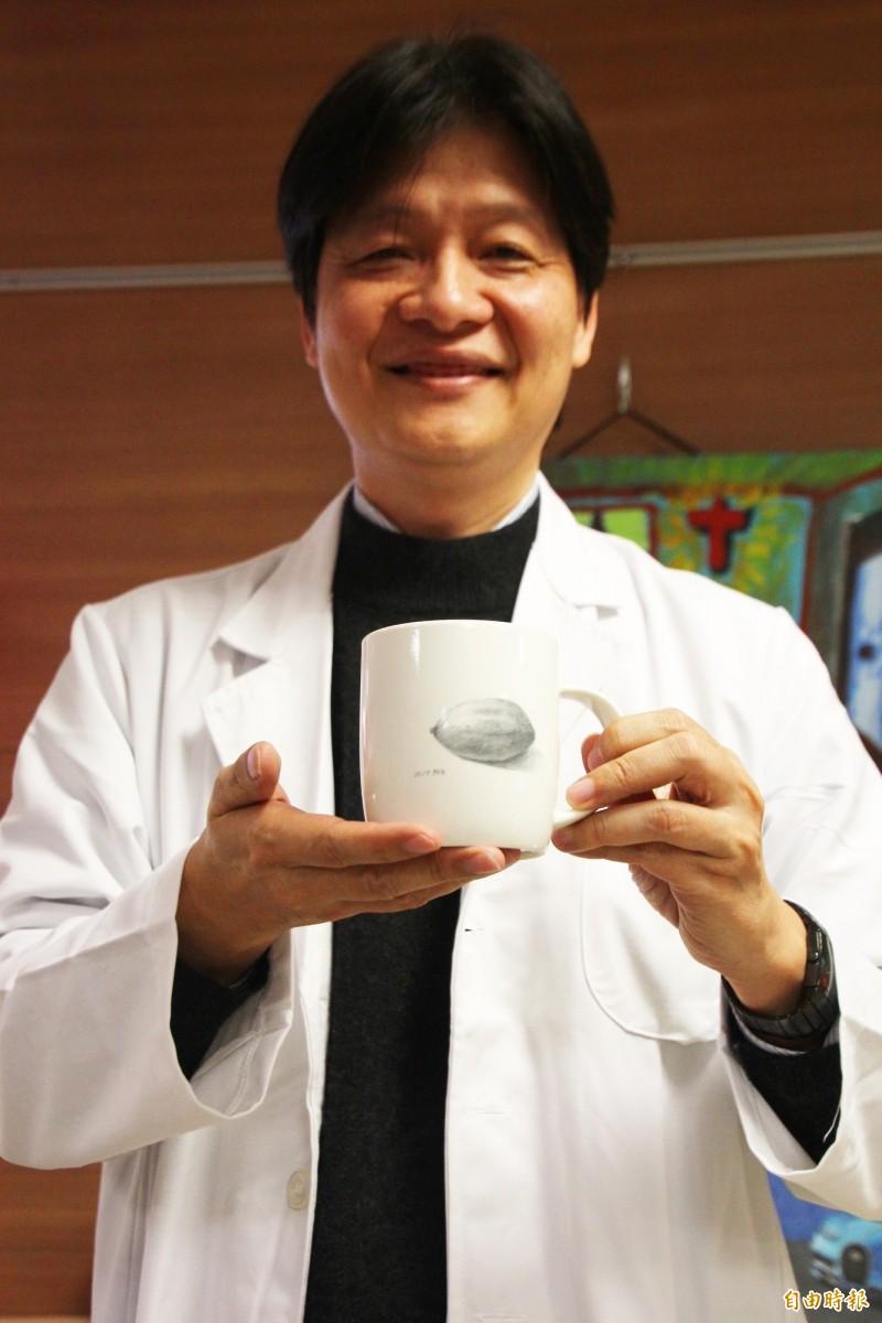 嘉義長庚醫院精神科醫師陳錦宏拿著「阿弘」畫作的文創商品。(記者林宜樟攝)