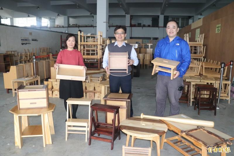 600件家具展售,雲嘉南分署長劉邦棟(中)、自辦訓練科長曾秋瑾(左)、職訓師林彥甫(右)歡迎民眾參觀選購。(記者楊金城攝)